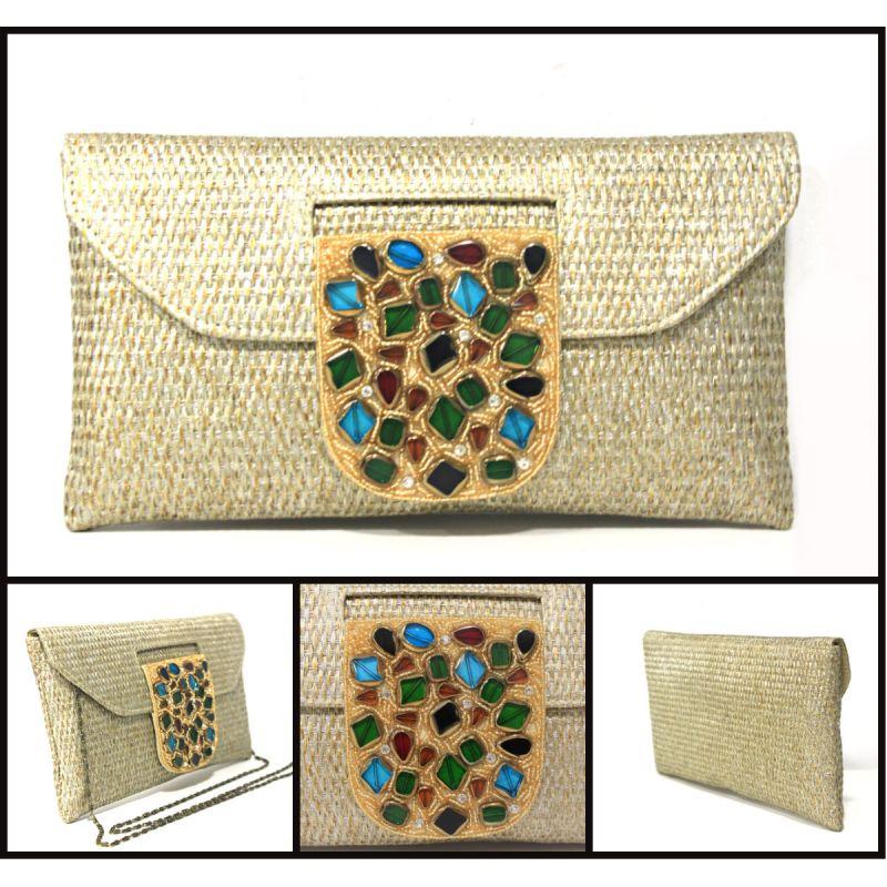 edf9c652c Estos otros bolsos clutch en dos colores que llevan como adorno en la  solapa piedras, perlitas y abalorios, dandole un estilo mas natural…