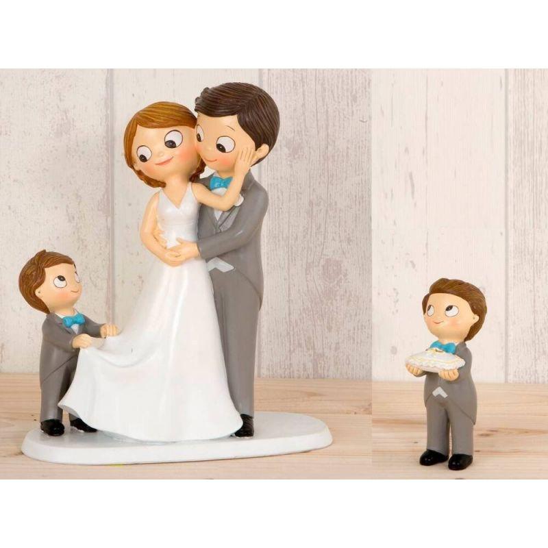 figura-novios-tarta-con-nina-llevando-la-cola-de-novia-y-nino-con-cojin-alianzas-